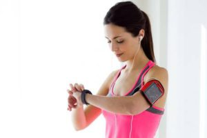 Portrait of young fitness woman looking at her smart watch while taking a break. Banque d'images - 111528899